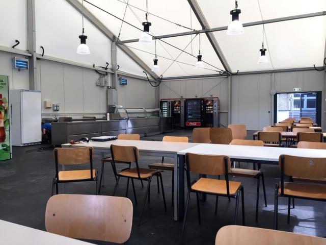 Interimslösung mit 2 isolierte Zelte mit dazu eine Interimsküche, bestehende aus 10 Units