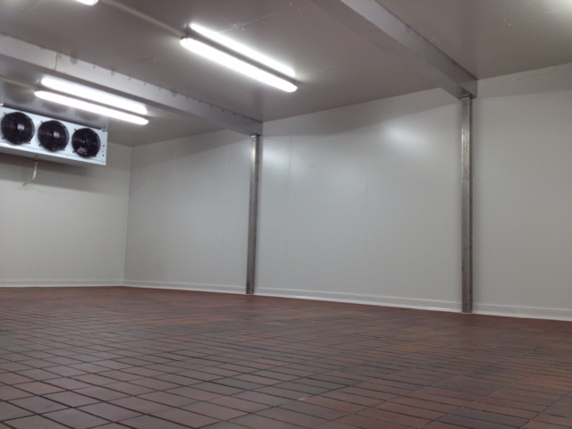 Temporärer Kühlraum im Gebäude